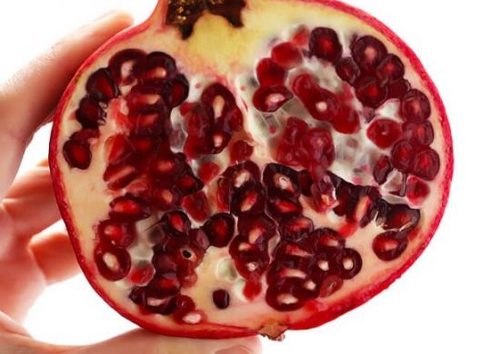 How-To-Cut-Open-and-De-Seed-A-Pomegranate[1]